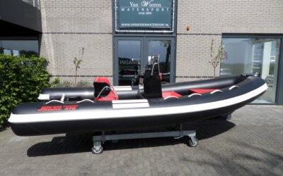 Zwarte Joker Coaster 470 met witte & rode accenten